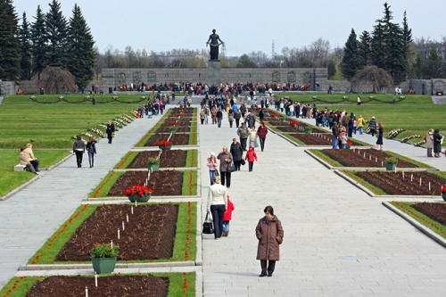 central-alley-of-piskaryovskoye-memorial-cemetery-in-st-petersburg