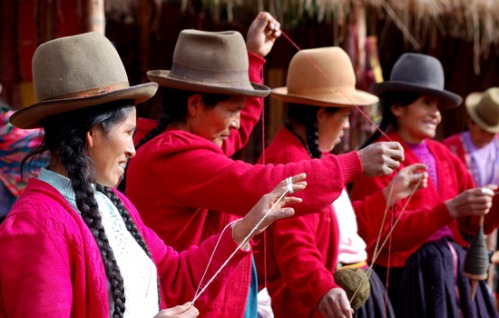 peru-people-women-weaving